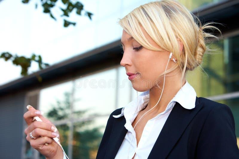 lyssnande barn för affärskvinna royaltyfria foton