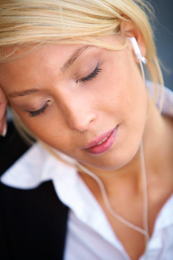 lyssnande barn för affärskvinna royaltyfri foto