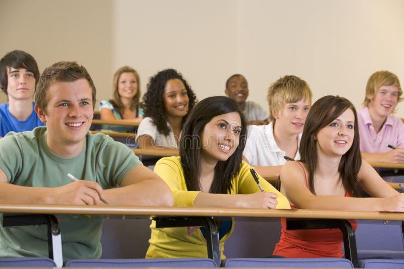 lyssnande deltagare för högskolaföreläsning till universitetar fotografering för bildbyråer