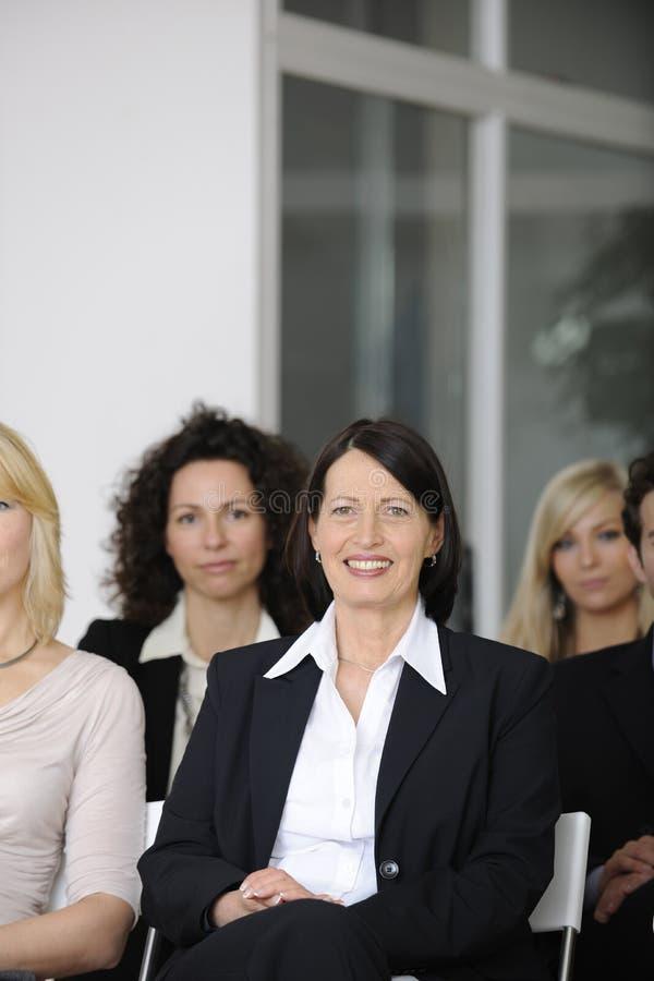 lyssnande folk för affärskonferensföreläsning fotografering för bildbyråer