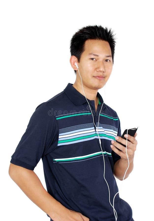 lyssnande manmp3-spelare till arkivfoto