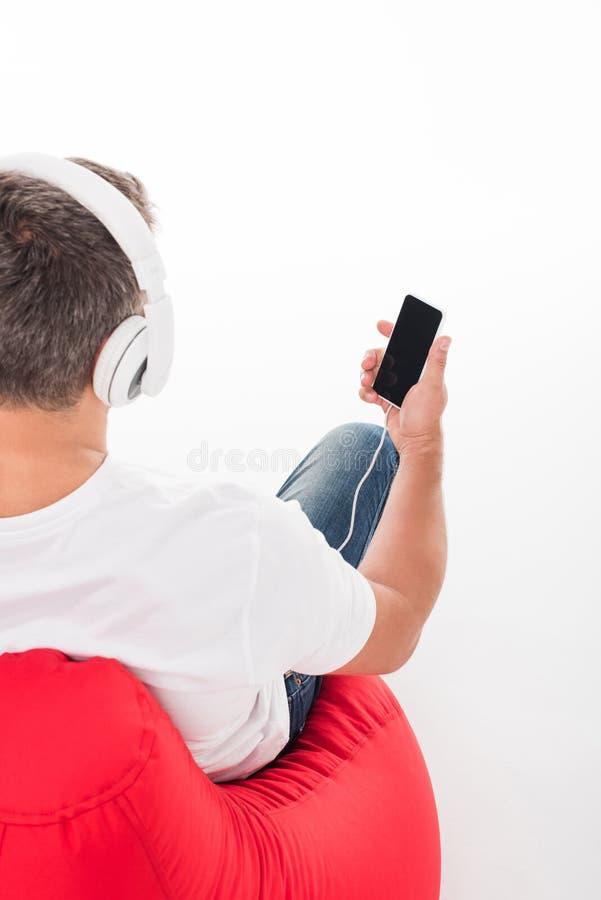lyssnande manmusik royaltyfria bilder