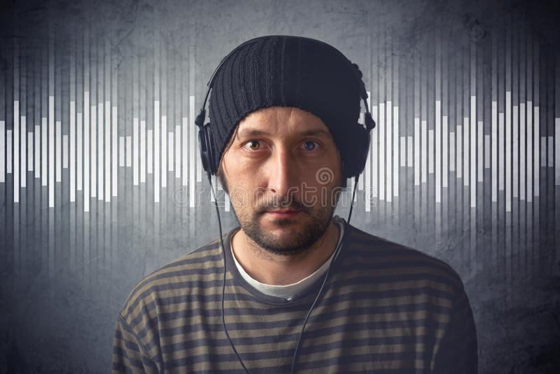 lyssnande manmusik för hörlurar till royaltyfri bild