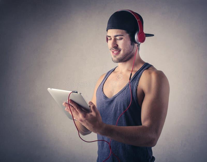 lyssnande manmusik till royaltyfri foto