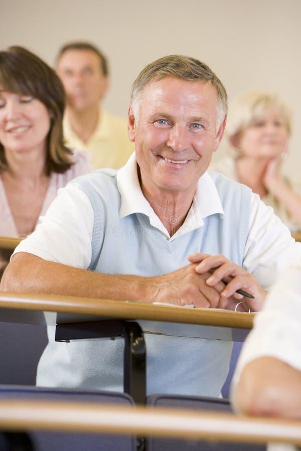 lyssnande manpensionär för föreläsning till universitetar royaltyfria bilder