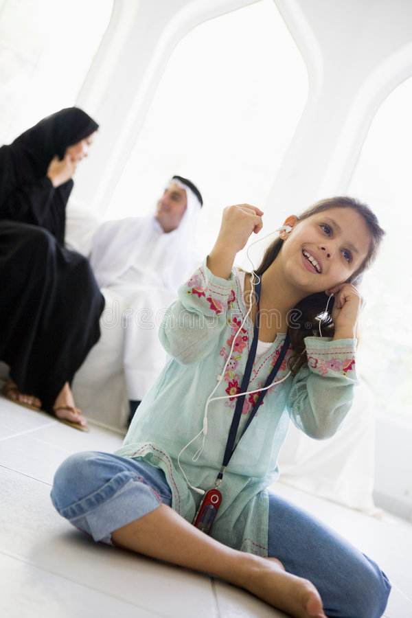 lyssnande medelspelare mp3 för östlig flicka till arkivfoton
