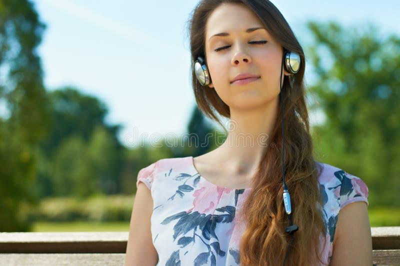 lyssnande model musik för skönhetkvinnlig arkivfoto