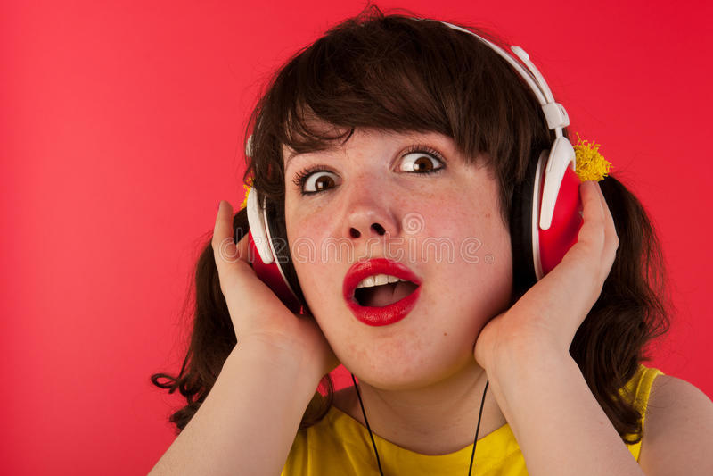 Lyssnande musik royaltyfria bilder