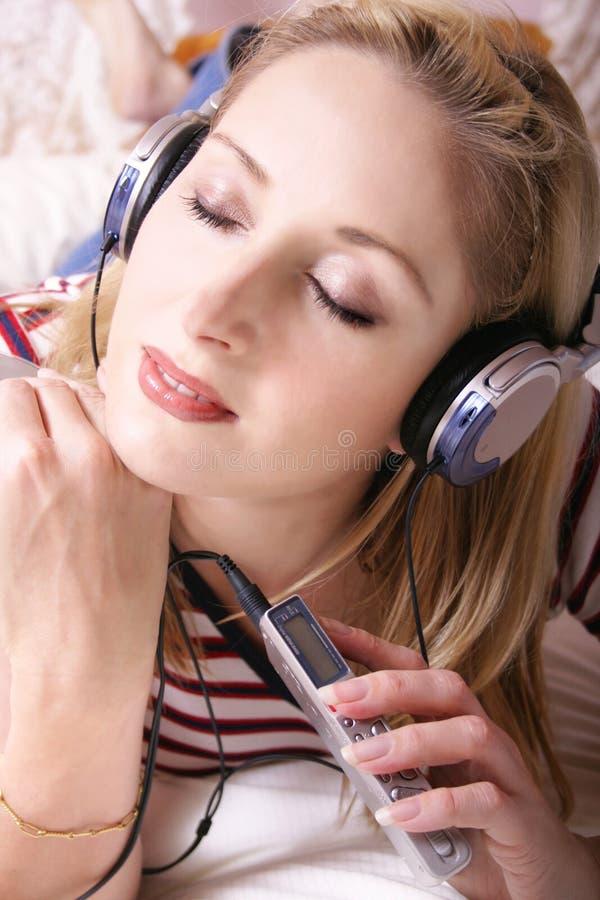 lyssnande musik arkivfoto