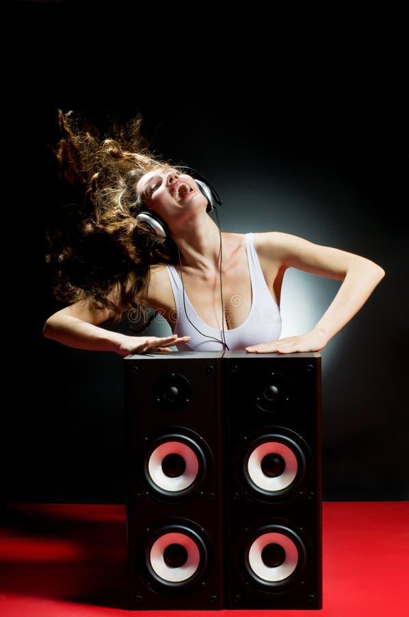 lyssnande musik arkivbild