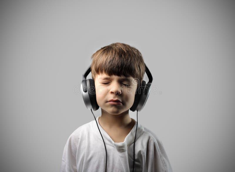 lyssnande musik för barn till arkivfoton