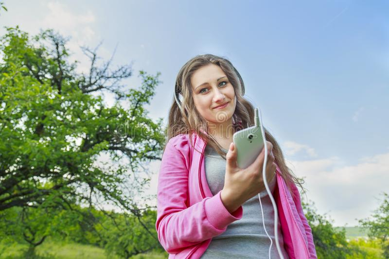 lyssnande musik för flickahörlurar till royaltyfri foto