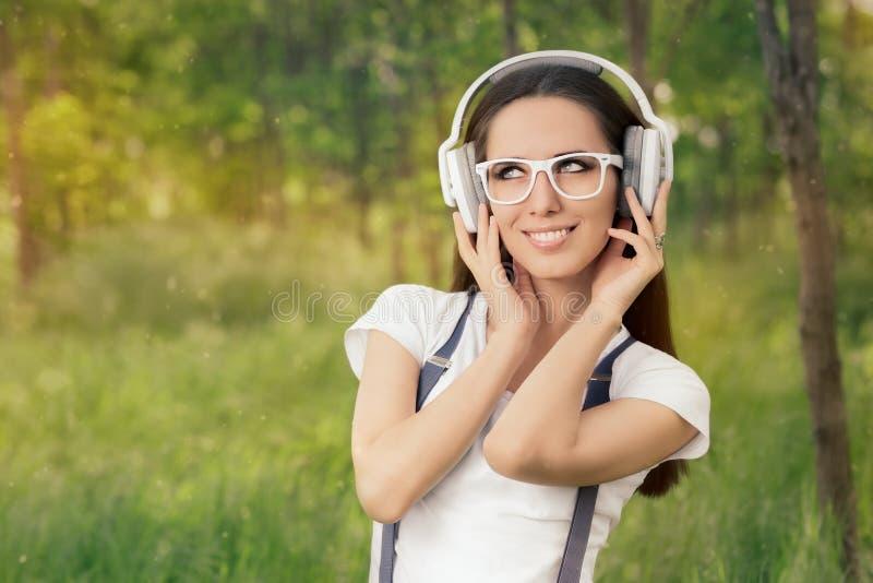 lyssnande musik för flickahörlurar till royaltyfri bild