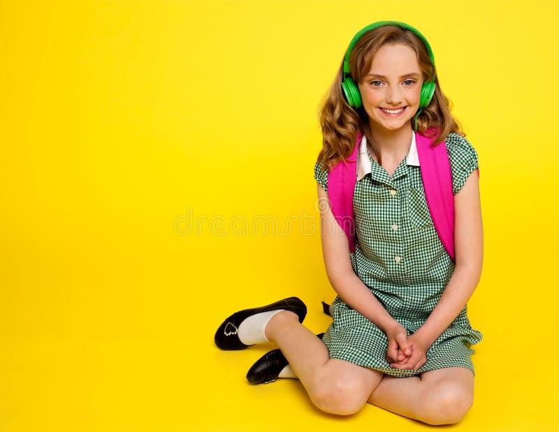 lyssnande musik för flickaunge som är nätt till royaltyfri fotografi