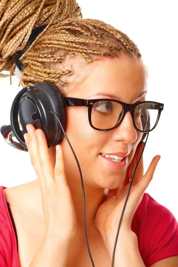 lyssnande musik för härlig flicka till arkivfoton