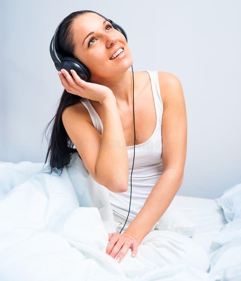 lyssnande musik för härlig flicka till royaltyfria bilder