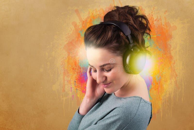 lyssnande musik för hörlurar till kvinnabarn arkivfoto