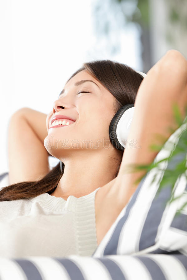 lyssnande musik för hörlurar till kvinnan arkivbilder
