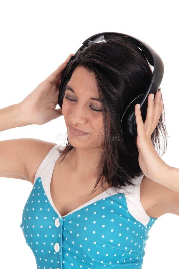 lyssnande musik för hörlurar till kvinnan royaltyfri fotografi