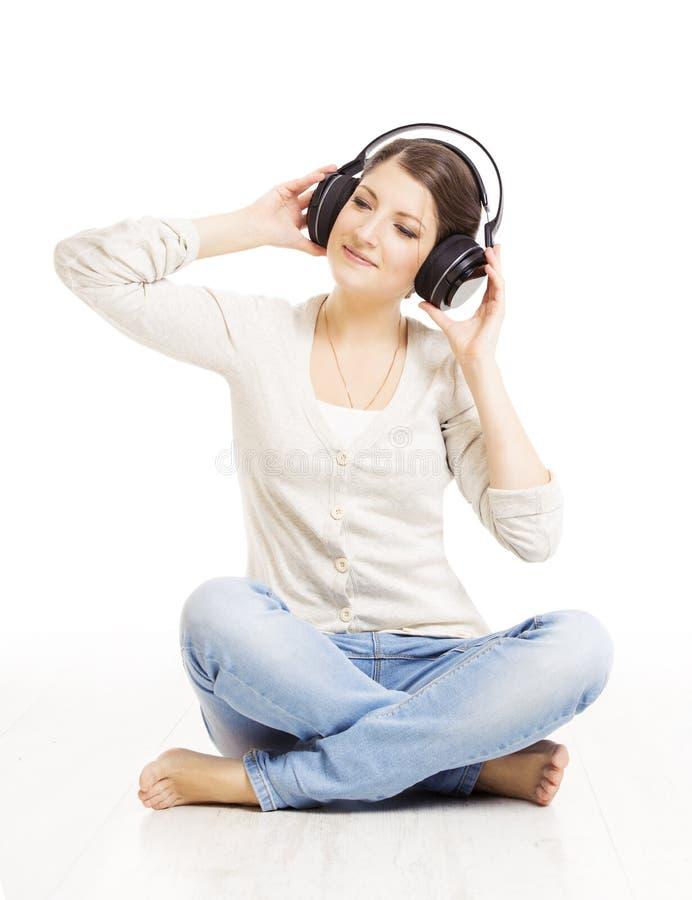 lyssnande musik för hörlurar till kvinnan härlig skönhet eyes för naturståenden för makeup den naturliga kvinnan royaltyfria foton