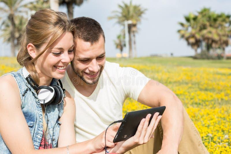 lyssnande musik för par till arkivfoto