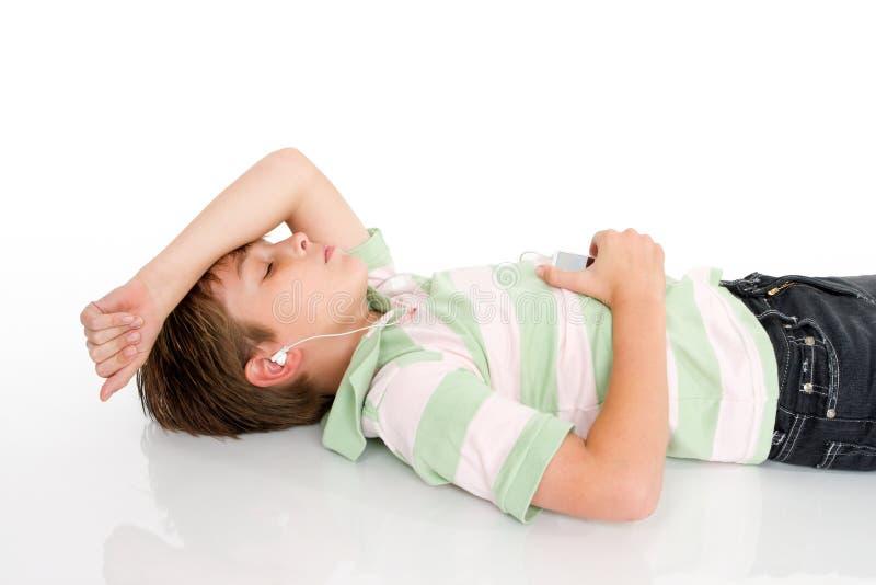 lyssnande musik för pojke royaltyfria foton