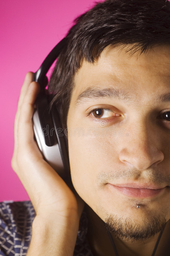 lyssnande musik för pojke arkivfoton