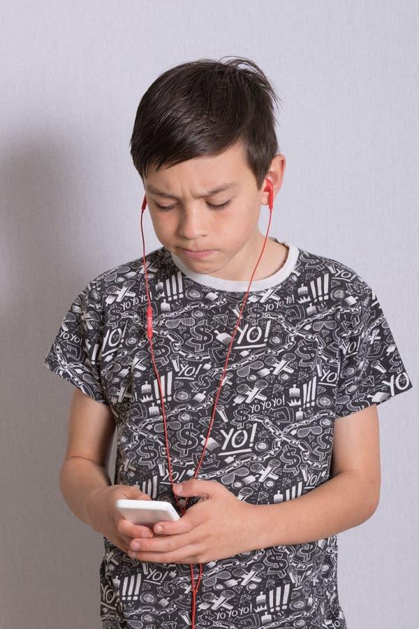 lyssnande musik för pojke till fotografering för bildbyråer