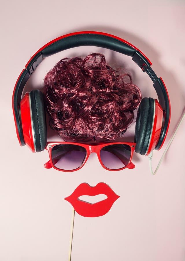 Lyssnande musik för trendig stads- hipsterkvinnlig, genom att använda hörlurar Begrepp för sikt för hög vinkel minimalistic abstr royaltyfria foton