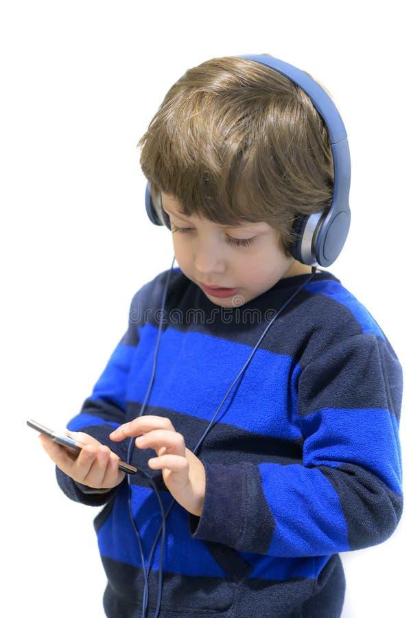 lyssnande musik f?r unge royaltyfria foton