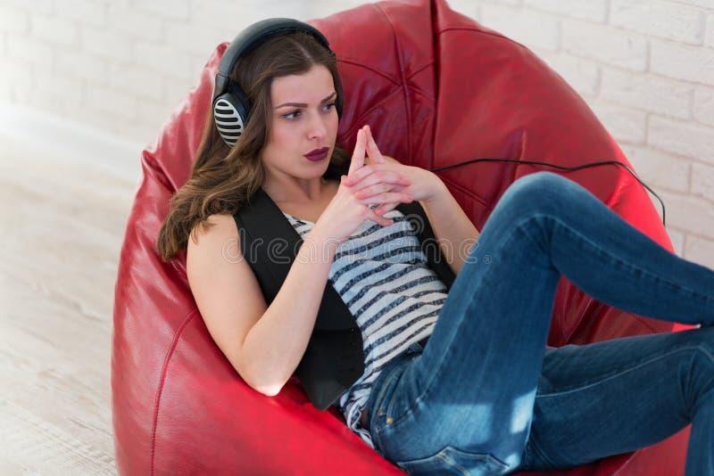 lyssnande musik som är nätt till kvinnan royaltyfria foton