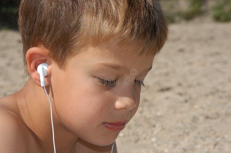 Download Lyssnande musik till arkivfoto. Bild av sand, turism, semester - 238314