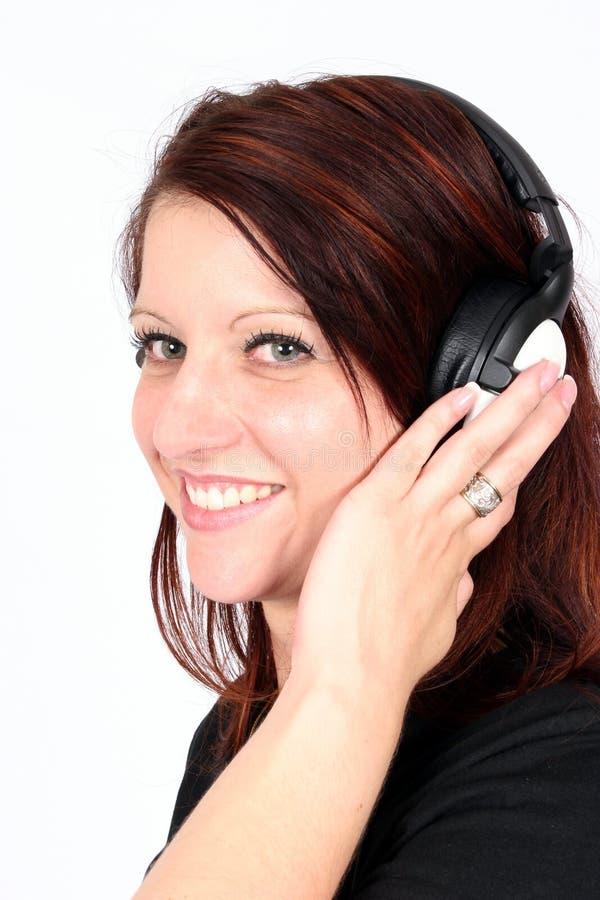 lyssnande musik till kvinnan fotografering för bildbyråer