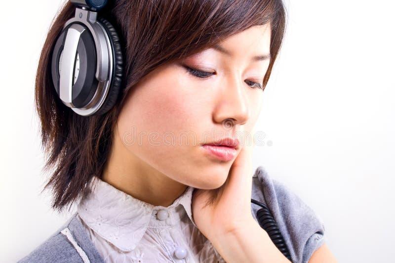 lyssnande musikkvinna royaltyfria foton
