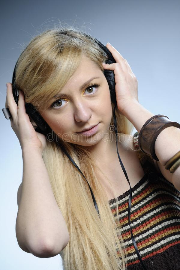 Lyssnande musikkvinna