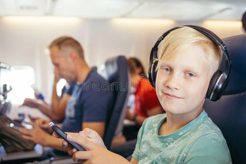 lyssnande musiktonåring royaltyfria bilder