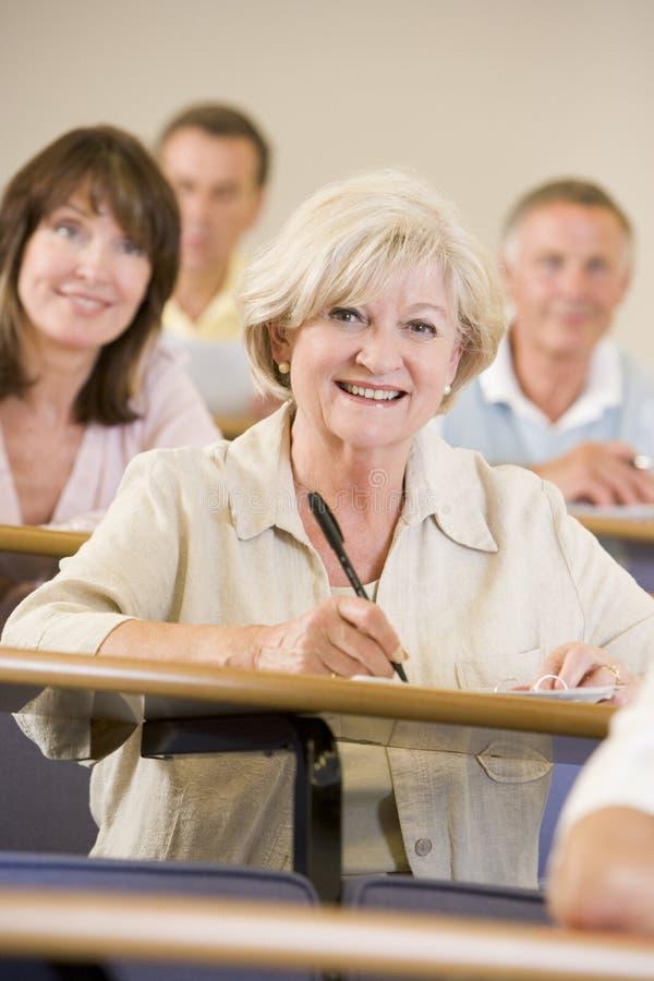 lyssnande pensionär för föreläsning till universitetarkvinnan fotografering för bildbyråer