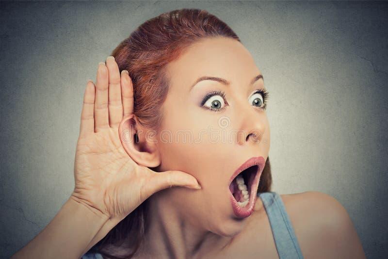 Lyssnande tjuvlyssnande för nyfiken chockad kvinna arkivfoton