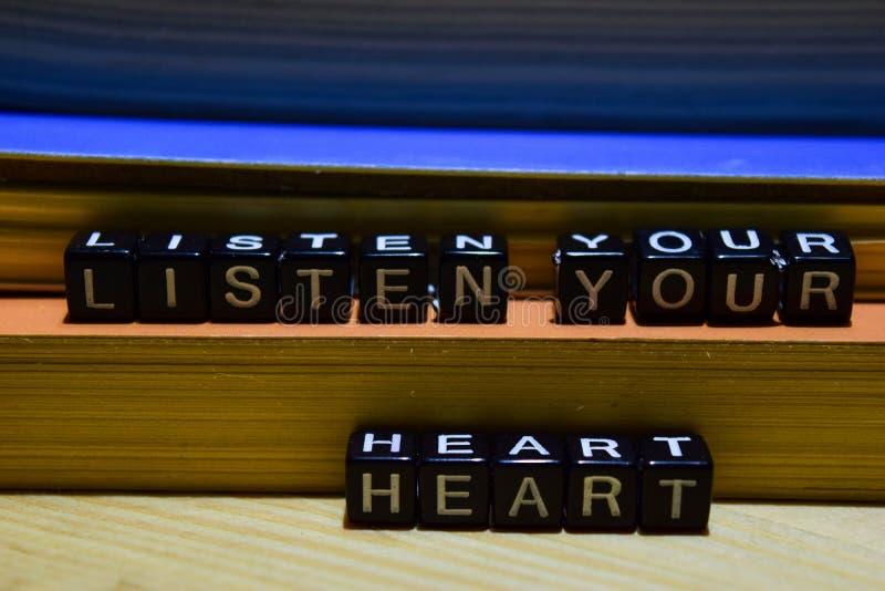 Lyssnar din hjärta som är skriftlig på träkvarter Utbildning och affärsidé arkivbild