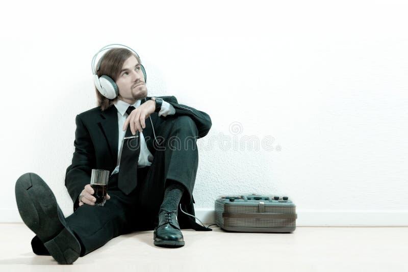 lyssnar manmusikdräkten till arkivbilder