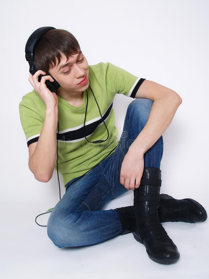 lyssnar mannen som musik sitter till barn arkivbilder