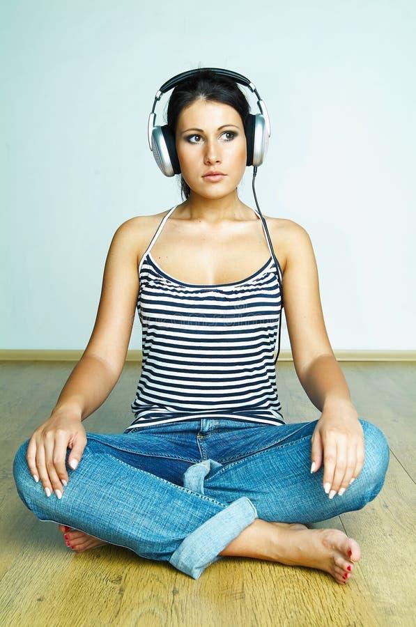 Download Lyssnar musik till arkivfoto. Bild av underhållning, caucasian - 998486