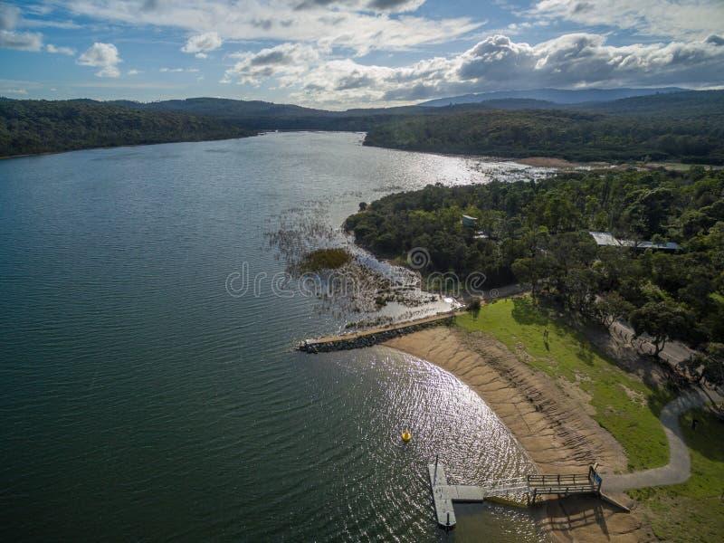 Lysterfield湖和森林墨尔本,澳大利亚鸟瞰图  图库摄影