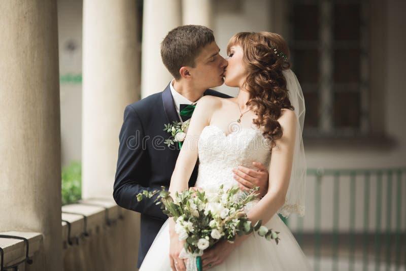 Lyx att gifta sig brölloppar, brud och brudgum som poserar i gammal stad fotografering för bildbyråer