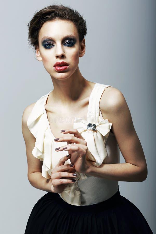 Lyx. Magnetism. Excentrisk modemodell i moderiktig klänning. Tecken arkivfoton