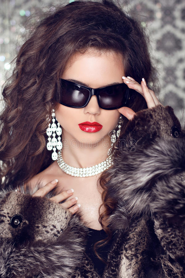 Lyx och danar ståenden av den stilfulla kvinnan modellerar med sunglass arkivbilder
