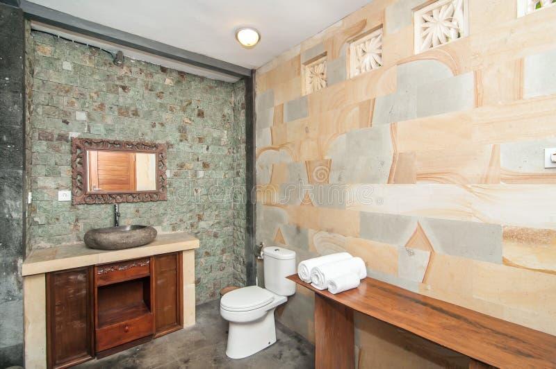 Lyx och rent badrum royaltyfri foto