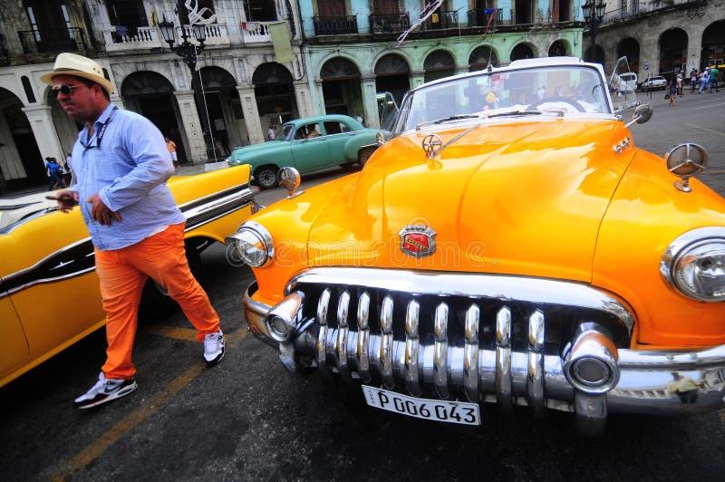 Lyx renoverade den gamla amerikanska bilen framme av hotellet i havannacigarr fotografering för bildbyråer