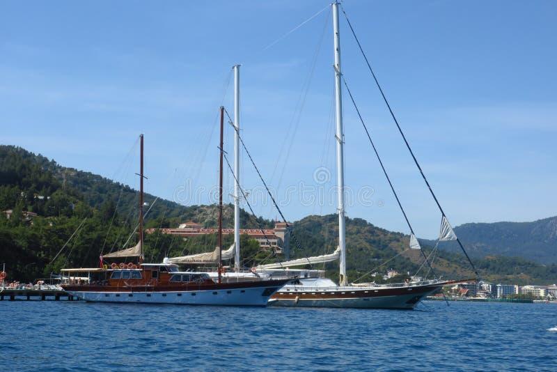 Lyx seglar p? seglingregatta Segla i vinden till och med v?gorna p? havet royaltyfri foto