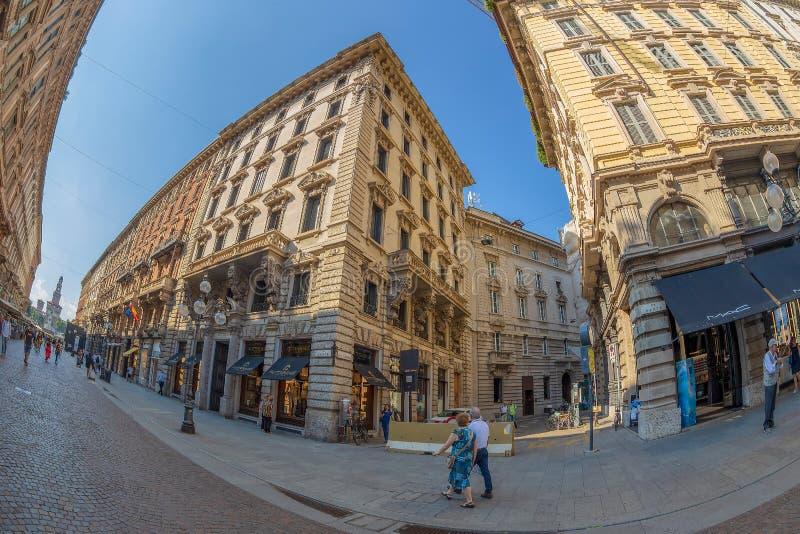 Lyx shoppar på via Dante i Milan, Italien arkivfoton